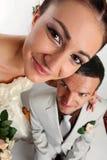 Ritratto grandangolare delle coppie nuovo-sposate Fotografia Stock Libera da Diritti