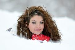 Ritratto grazioso della donna all'aperto nell'inverno Fotografie Stock