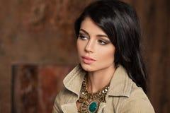 Ritratto grazioso della donna del brunette fotografia stock