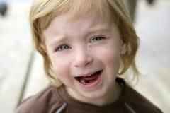 Ritratto gridante della bambina bionda adorabile Immagini Stock