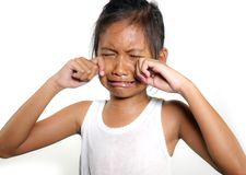 Ritratto gridare dei bambini 8 o 9 degli anni femminili dolci e svegli triste nel dolore che ritengono infelice e nel ribaltament immagine stock