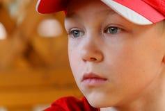 Ritratto il ragazzo in una protezione immagini stock libere da diritti