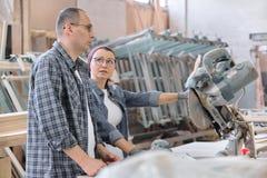 Ritratto industriale dei lavoratori e delle donne, la gente che parla sul lavoro, produzione di falegnameria della mobilia immagini stock libere da diritti