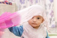 Ritratto infantile di gioco felice del neonato Immagini Stock