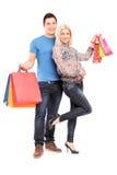 Ritratto integrale borse di giovani delle coppie di acquisto felici della tenuta Immagini Stock Libere da Diritti