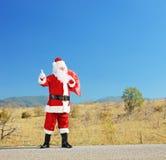 Ritratto integrale del Babbo Natale con la borsa su una strada aperta h Fotografie Stock