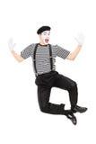 Ritratto integrale dell'artista del mimo che salta con la gioia immagine stock libera da diritti
