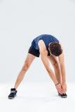 Ritratto integrale dell'uomo di forma fisica che allunga e che si scalda Fotografie Stock