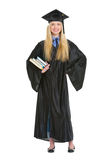 Ritratto integrale della donna in abito di graduazione Fotografia Stock