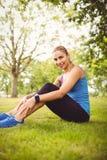 Ritratto integrale della donna che si esercita sull'erba Fotografia Stock