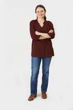 Ritratto integrale della donna che sta nello studio su Backgr bianco fotografia stock