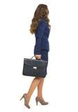 Ritratto integrale della donna di affari con andare della cartella Immagini Stock