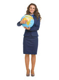 Ritratto integrale della donna sorridente di affari che abbraccia globo Fotografia Stock Libera da Diritti