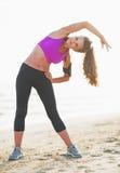 Ritratto integrale della giovane donna di forma fisica che allunga all'aperto Immagine Stock Libera da Diritti