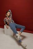 Ritratto integrale della giovane donna felice, posante in camicia di colore Fotografie Stock Libere da Diritti
