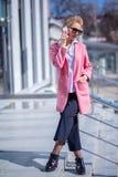 Ritratto integrale della ragazza esile con il cappotto, la blusa ed i pantaloni di modo immagine stock