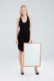 Ritratto integrale di bella donna che tiene bordo in bianco Fotografia Stock Libera da Diritti