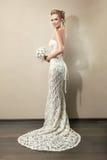 Ritratto integrale di bello mazzo della tenuta della sposa immagini stock