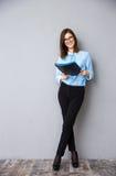 Ritratto integrale di giovane donna di affari con la cartella Fotografie Stock