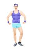 Ritratto integrale di giovane tipo in abiti sportivi che mostrano muscolo Fotografia Stock Libera da Diritti