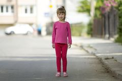 Ritratto integrale di piccola ragazza sveglia in abbigliamento casuale rosa e coda di cavallino bionda lunga che guardano in came fotografia stock libera da diritti