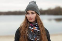 Ritratto integrale di stile di vita di giovane e donna adulta graziosa con capelli lunghi splendidi che posano nel parco della ci Fotografia Stock