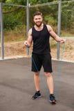 Ritratto integrale di un allenamento dell'uomo con la corda di salto Immagini Stock Libere da Diritti