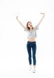 Ritratto integrale di un blocco note allegro felice della tenuta della ragazza Fotografia Stock Libera da Diritti