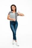 Ritratto integrale di un computer portatile africano della tenuta della ragazza dell'adolescente Fotografia Stock