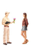 Ritratto integrale di un ragazzo di consegna che tiene un mazzo di fiore Fotografia Stock