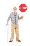 Ritratto integrale di un signore maturo arrabbiato che tiene una fermata Immagini Stock Libere da Diritti