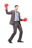 Ritratto integrale di un uomo d'affari che porta i guantoni da pugile rossi Fotografia Stock Libera da Diritti