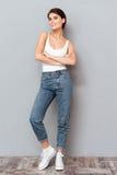 Ritratto integrale di una donna che sta con le armi piegate Fotografie Stock Libere da Diritti