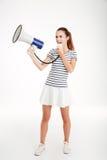Ritratto integrale di una giovane donna che grida in megafono Immagine Stock Libera da Diritti