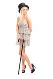 Ritratto integrale di una giovane donna con una canna e un cilindro po Immagini Stock Libere da Diritti