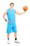 Ritratto integrale di una posa del giocatore di pallacanestro Immagini Stock Libere da Diritti