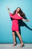 Ritratto integrale di una ragazza graziosa nella posa del vestito Immagini Stock Libere da Diritti