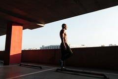 Ritratto integrale di uno sportivo afroamericano mezzo nudo Fotografia Stock