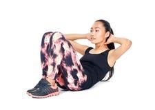 Ritratto isolato della donna asiatica esile atletica che fa sedere-UPS Fotografie Stock Libere da Diritti