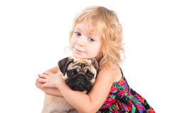 Ritratto isolato della ragazza graziosa che abbraccia cane Fotografia Stock Libera da Diritti