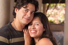 Ritratto ispanico amoroso delle coppie all'aperto fotografie stock libere da diritti