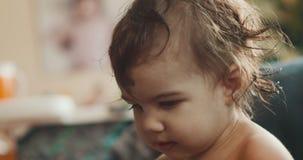 ritratto 4K di una neonata estremamente sveglia video d archivio