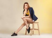 Ritratto luminoso della donna alla moda Fotografie Stock
