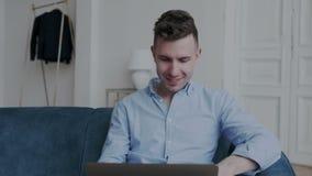 Ritratto maschio del fronte di un uomo carismatico e affascinante Un riuscito giovane uomo d'affari sorride e guarda fuori la fin stock footage