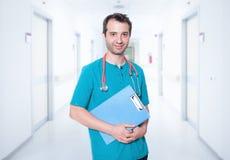 Ritratto maschio dell'infermiere sul fondo del corridoio dell'ospedale fotografia stock