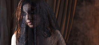 Ritratto misterioso di bella donna in velo nero del pizzo Immagini Stock