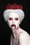 Ritratto misterioso di bellezza della regina della neve coperto di sangue Trucco di lusso luminoso Vermi della gelatina nella boc fotografia stock