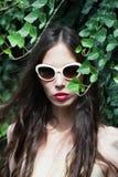 Ritratto moderno della giovane donna con il giorno di estate all'aperto degli occhiali da sole Fotografia Stock Libera da Diritti