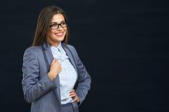 Ritratto moderno sorridente della donna di affari contro il nero Immagine Stock Libera da Diritti