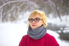 Ritratto molle della ragazza sola dispari che si siede nella persona femminile senza amici della foresta nevosa di inverno con em Immagine Stock